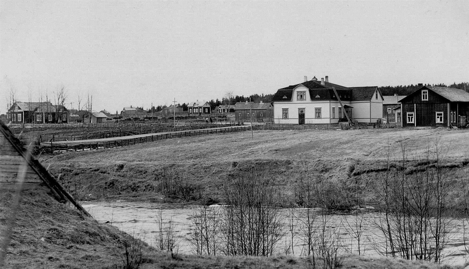 På detta foto som är taget från Brobackhållet, så syns det litet av taket på sågkvarnen i Verkforsen.