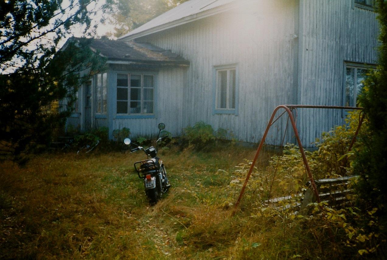 Arvids och Alices hus från norr just före rivningen på 1990-talet. Foto: John Backlund.