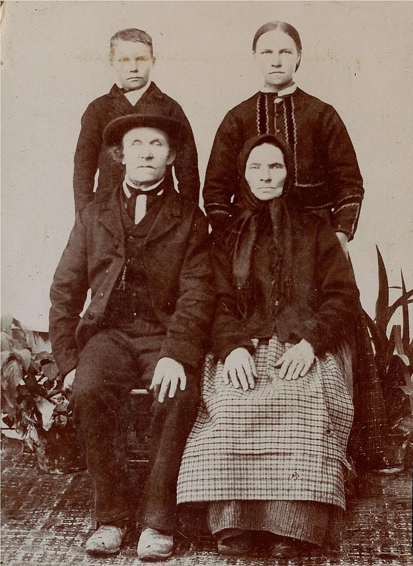 """På fotot """"Lill-Skräddarin"""" Josef Storkull, senare Klemets med sin hustru Anna Caisa. I bakgrunden två av barnen."""