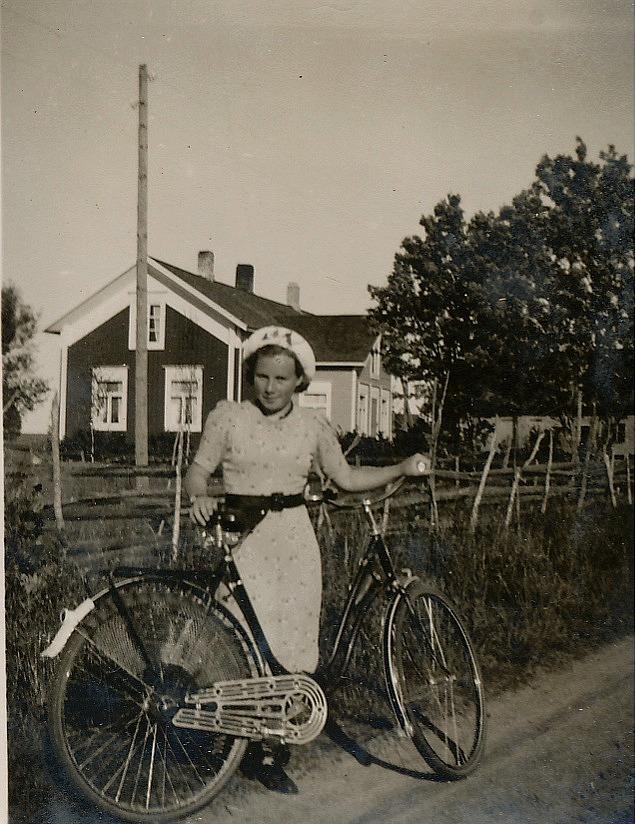 Här Dagny Mannfolk med cykel utanför hemgården.