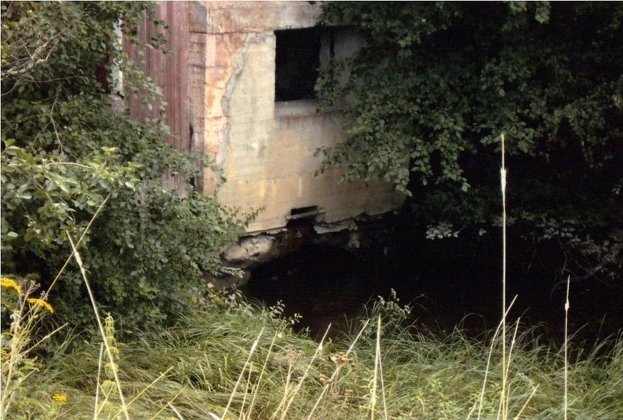 Via en handgrävd kanal leddes vattnet från ån in i turbinrummet. Foto: Yliluoma.