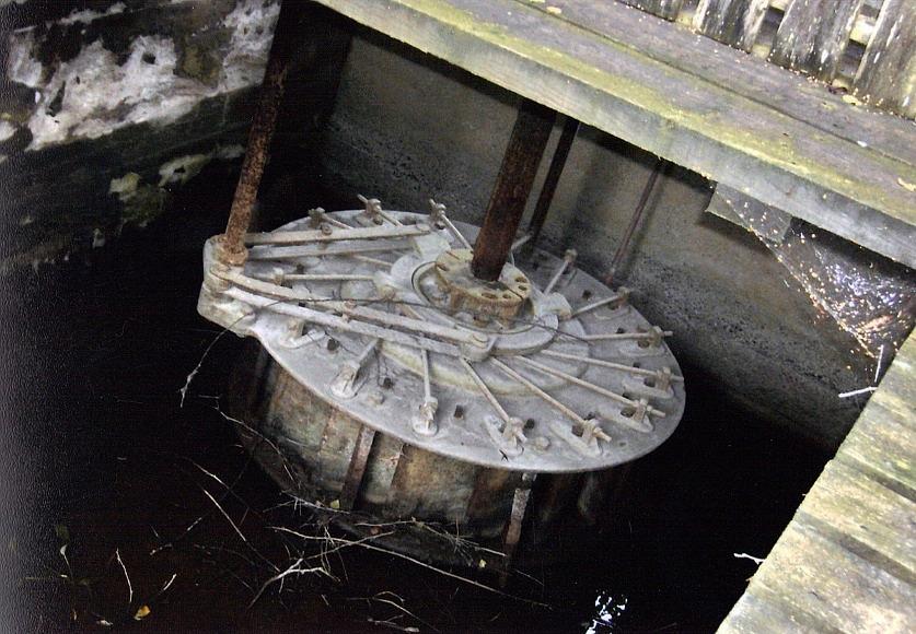 Kraftverket var försett med en liggande turbin vars kugghjul förde ett oljud som hördes vida omkring. Vid lugnt väder kunde ljudet höras ända till Bötomberget. Axeln i mitten drev generatorn medan man startade och styrde turbinen med axeln till vänster.