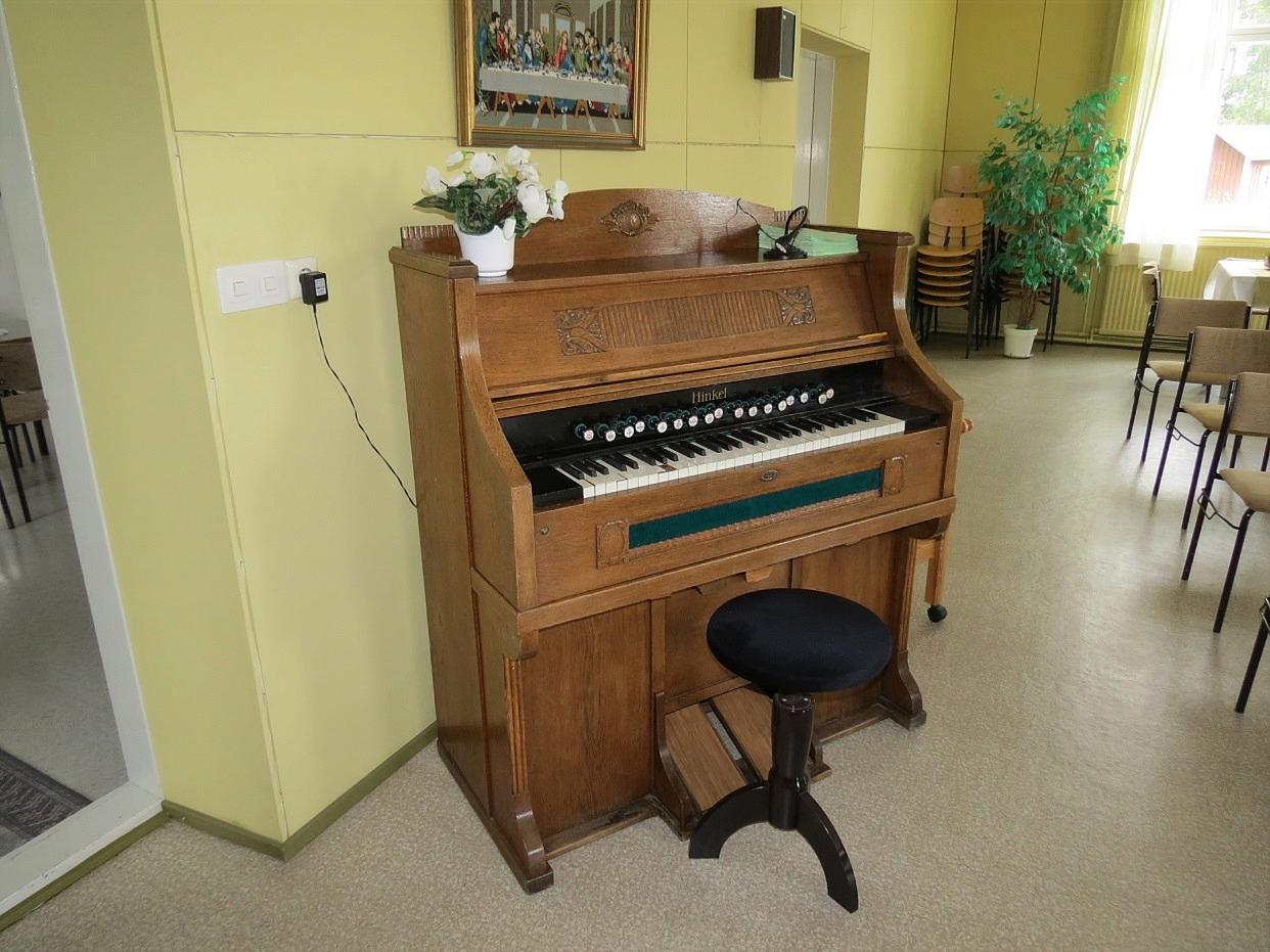 Bönehuset reparerades hela tiden och nya inventarier anskaffades, bland annat inköptes år 1924 det orgelharmonium av märket Hinkel som fortfarande är i användning. Till orgelspelare valdes bonden Karl Johan Lindell (1871-1931). Karl Johans son Lennart (1904-1931) var gift med Jenny Maria Perälä.