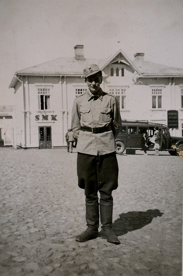 Soldat Egil Mannfolk på det kullerstenslagda Salutorget i Kristinestad.
