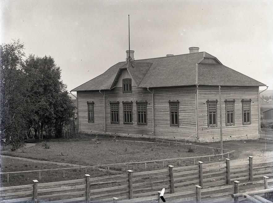 Här Viktor Nylunds eget foto av den nybyggda folkskolan i Dagsmark, som invigdes år 1909. Som byggmästare anlitade han sin egen bror, byggmästaren Emil Storkull.