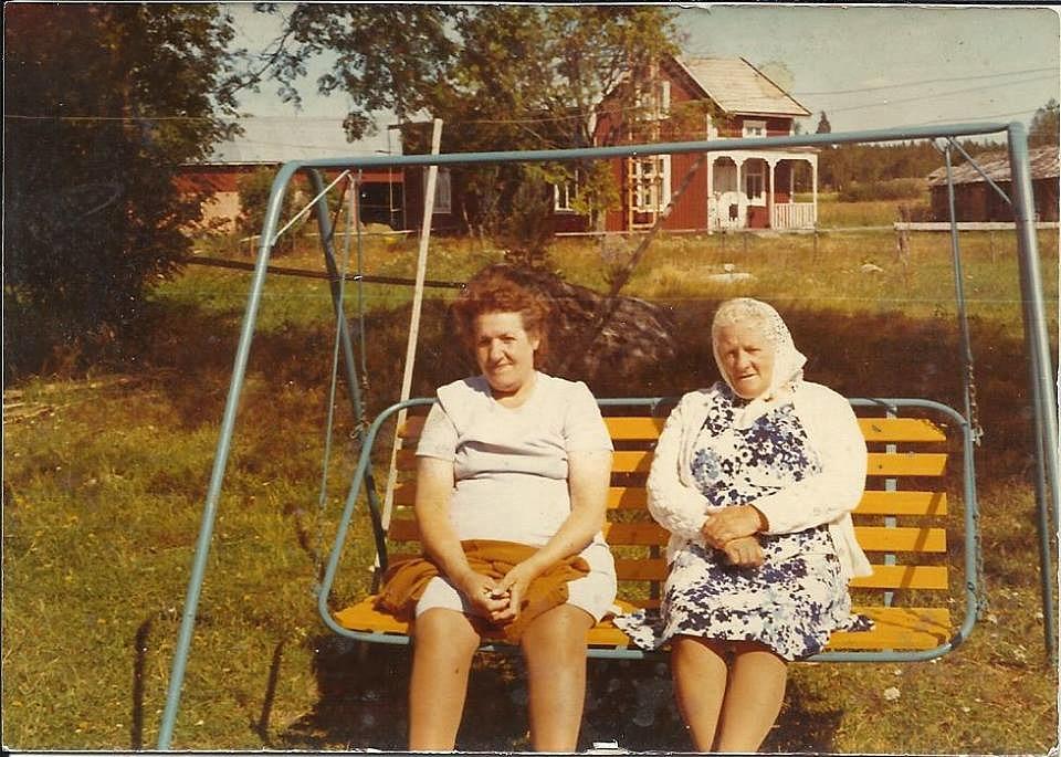 Alice Lillkull sitter bekvämt i trädgårdsgungan till höger.