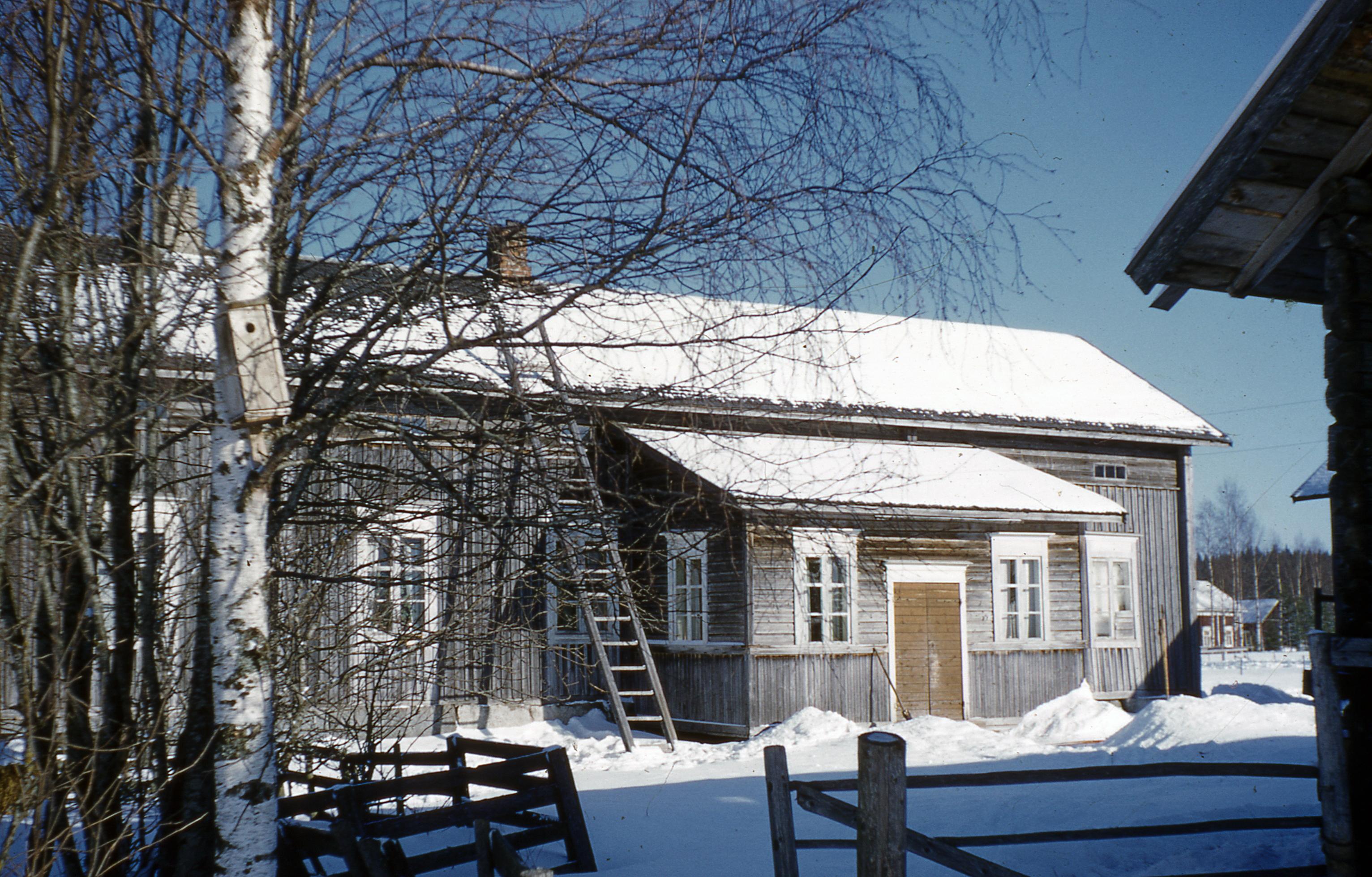 I den här gården i Lillsjö bodde Anna Åberg. Fotot taget av läraren Nils Bergman.