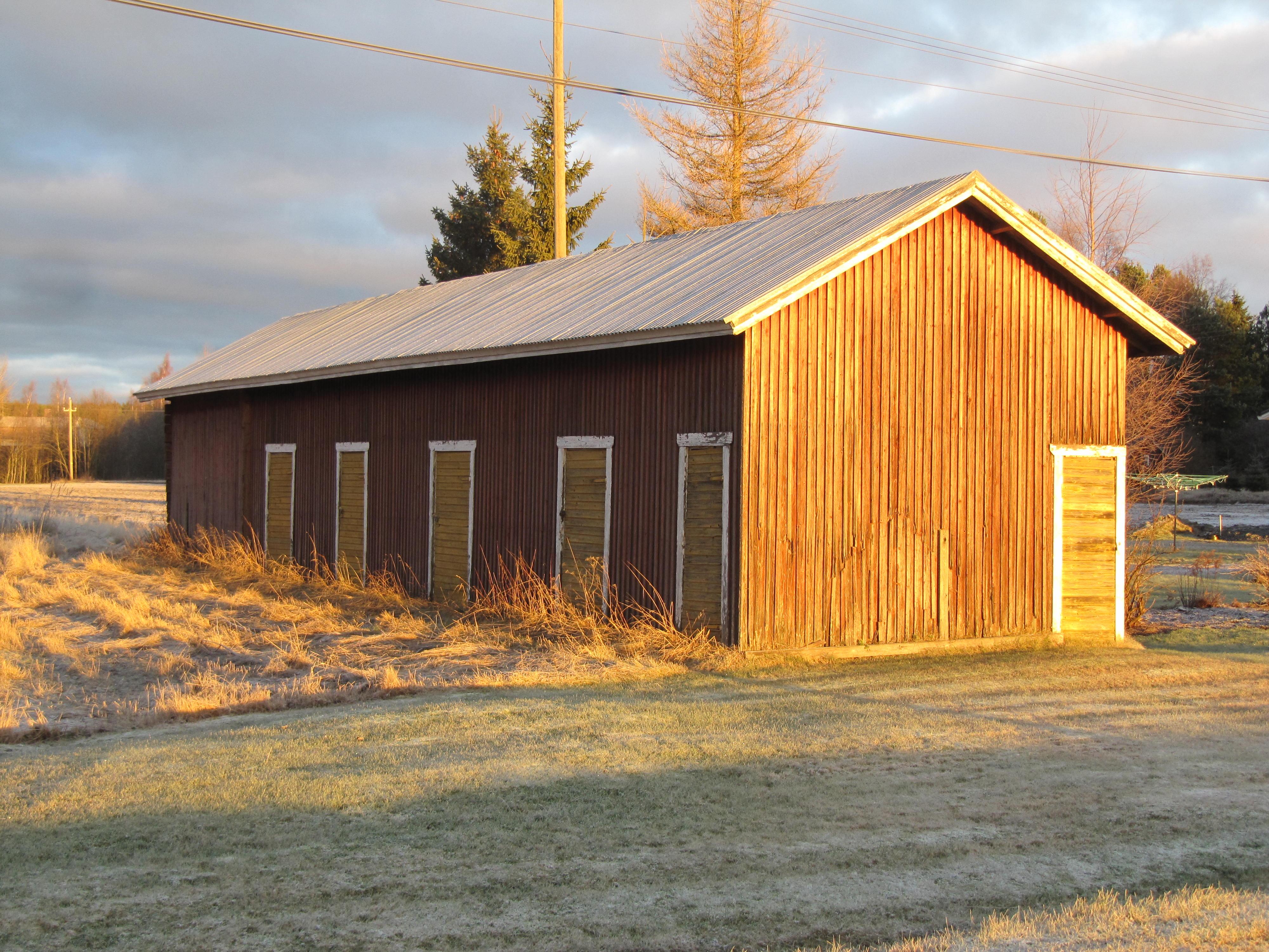 Det enda som finns kvar på tomten i dag är det gamla uthuset, här fotograferat i december 2015.