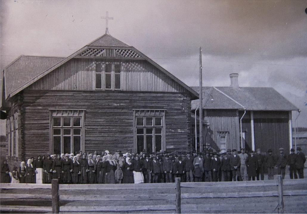 Det var säkert fullt i det nya bönehuset då det invigdes 1915. Man kan anta att folket på fotot tyckte att det var en stor dag då de fick egna, ordentliga utrymmen för sina tillställningar.