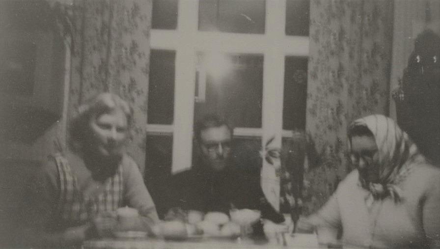 Här sitter Berit Lillkull till vänster med föräldrarna Anselm och Elna.