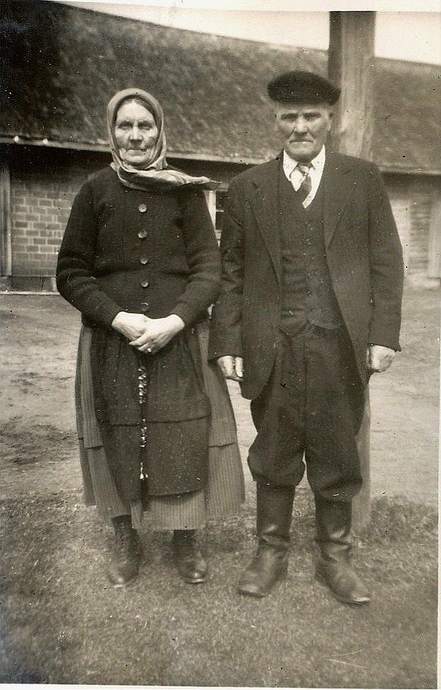 Fia var syster till Blomkvistas-Mina (1874-1954) och här är hon fotograferad på Minas gårdsplan tillsammans med Erik Johan. Fias bror Viktor Carlsson (1885-1959) flyttade till Amerika och en annan bror till Ryssland.