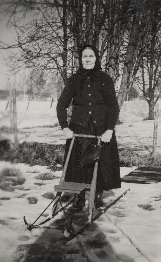 Fia Ekberg med sparkarin på A-sidon utanför sin gamla hemgård.