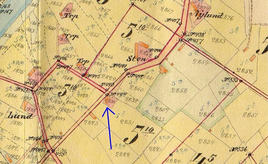 Här på storskifteskartan från början på 1900-talet, så ser vi var gården ligger.