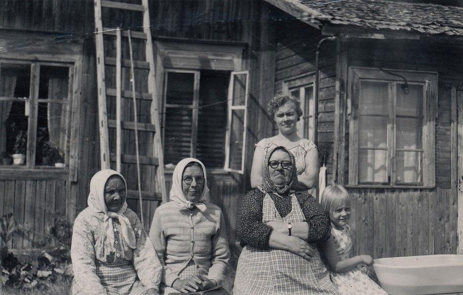 """Från vänster """"Utteras-Lida"""" Ellida Prunnila, """"Hentela"""" Hulda Björklund, """"Ulla-Miili"""" Emilia Ånäs med dottern Anna och barnbarnet Gun."""