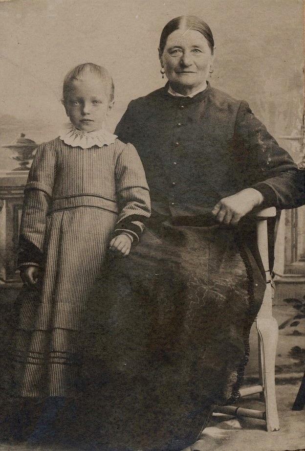 På bilden Arturs syster Amanda Emilia som flyttade till mormor Karolina Äbb.