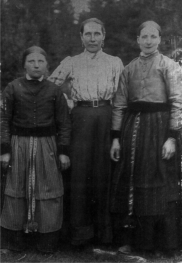 """På detta foto står Anna Kajsa Lillkull till höger och """"Skaftung"""" Adelina Häggblom, som bodde på Lillsjölidvägen står till vänster. Adelina var dotter till """"Skaftung-Josip å Karolin"""" Häggblom, född i Korsbäck ungefär där skolan står idag. Kvinnan i mitten är tillsvidare okänd."""