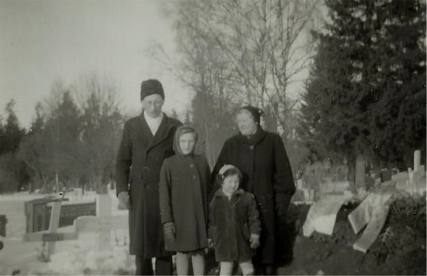 Arvid Lillkulls mor Anna Kajsa (f.1876) dog år 1958 och här ser vi Arvid och Alice med döttrarna vid begravningen.