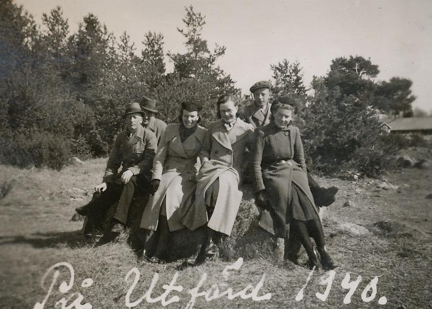 Här en grupp ungdomar som är på utfärd år 1940. Arvid lite skymd till vänster och stenen de sitter på finns väl bakom Lid där Haga. Foto Artur Lövholm.