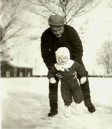 På foto där Karl Hammarberg står med sonen John så syns gården i bakgrunden.