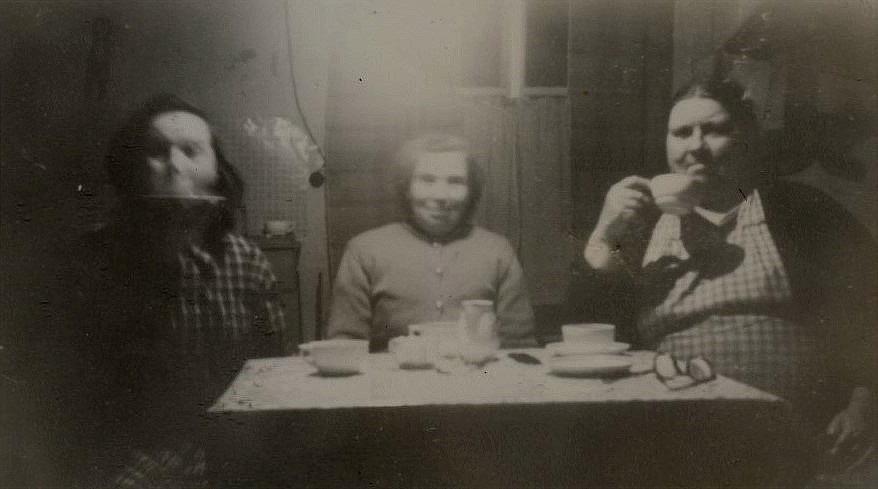 Här visar Ellen hur man dricker kaffe ur fatet åt Sigrid Nordman och åt mamma Miili.