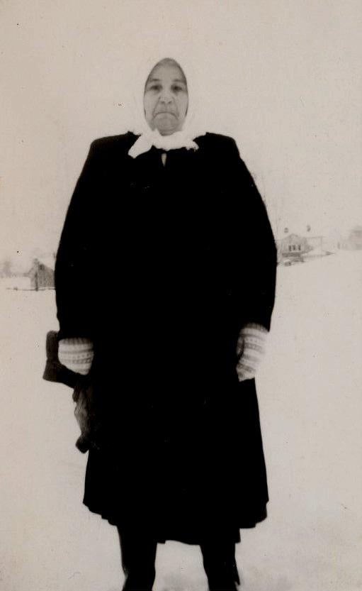"""""""Isakas-Manda"""" föddes 1889 som Maria Amanda Lång och hon var dotter till Johan Henrik Lillsjö (1847-1905) och Karolina Esaiasdotter Korsbäck (1851-1934). De var först torpare på Lillsjö hemman och sedan på Lång. Manda dog 1969."""