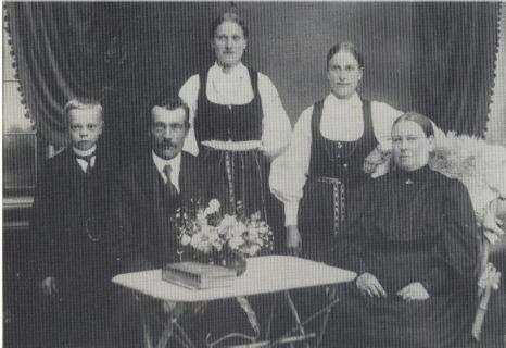 Vid bordet sitter Karl Storfors med sin hustru Vilhelmina. T.v. står sonen Otto och längre bak står döttrarna Alvina som gifte sig med Axel Klockars och bredvid henne Selma, gift Lillhannus.