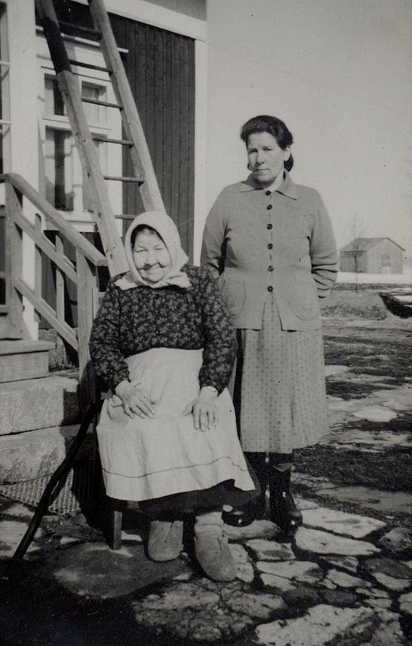 Här sitter Adelina Lindroos tillsammans med sin dotter Julia, som sedan gifte sig med Hemming Lindgård.