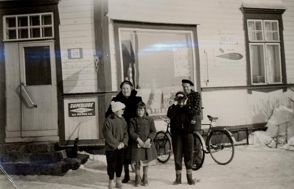 Lärarinnan Linnea Lind bakom flickorna . Mannen i bakgrunden är Åke Backlund.