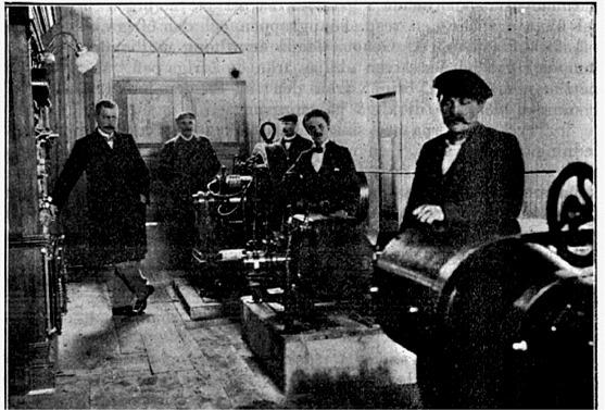 Här står maskinskötarna uppställda i det moderna elverket.