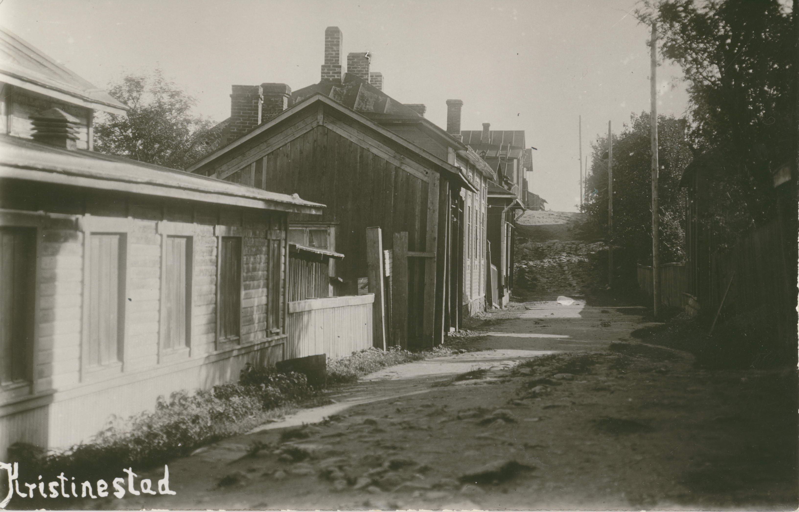 Till vänster på detta vykort från 1920-talet så ser vi en del av Ab Lumens elverk. Se också i vilket skick Staketgatan upp mot Svinåkerbacken var på 1920-talet.