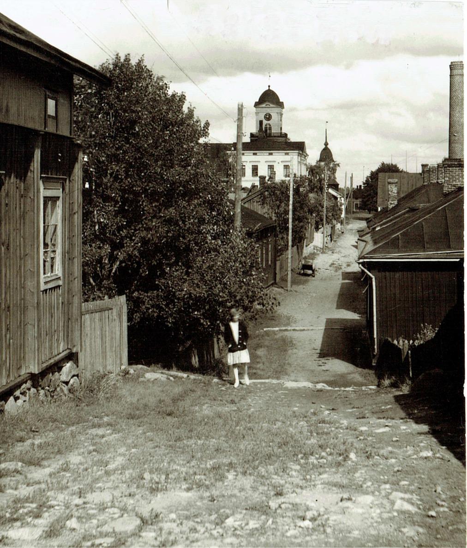 Detta foto är taget någon gång på 1930-talet på Staketgatan, uppe från Svinåkersbacken. Kraftverkets skorsten syns till höger i bilden.