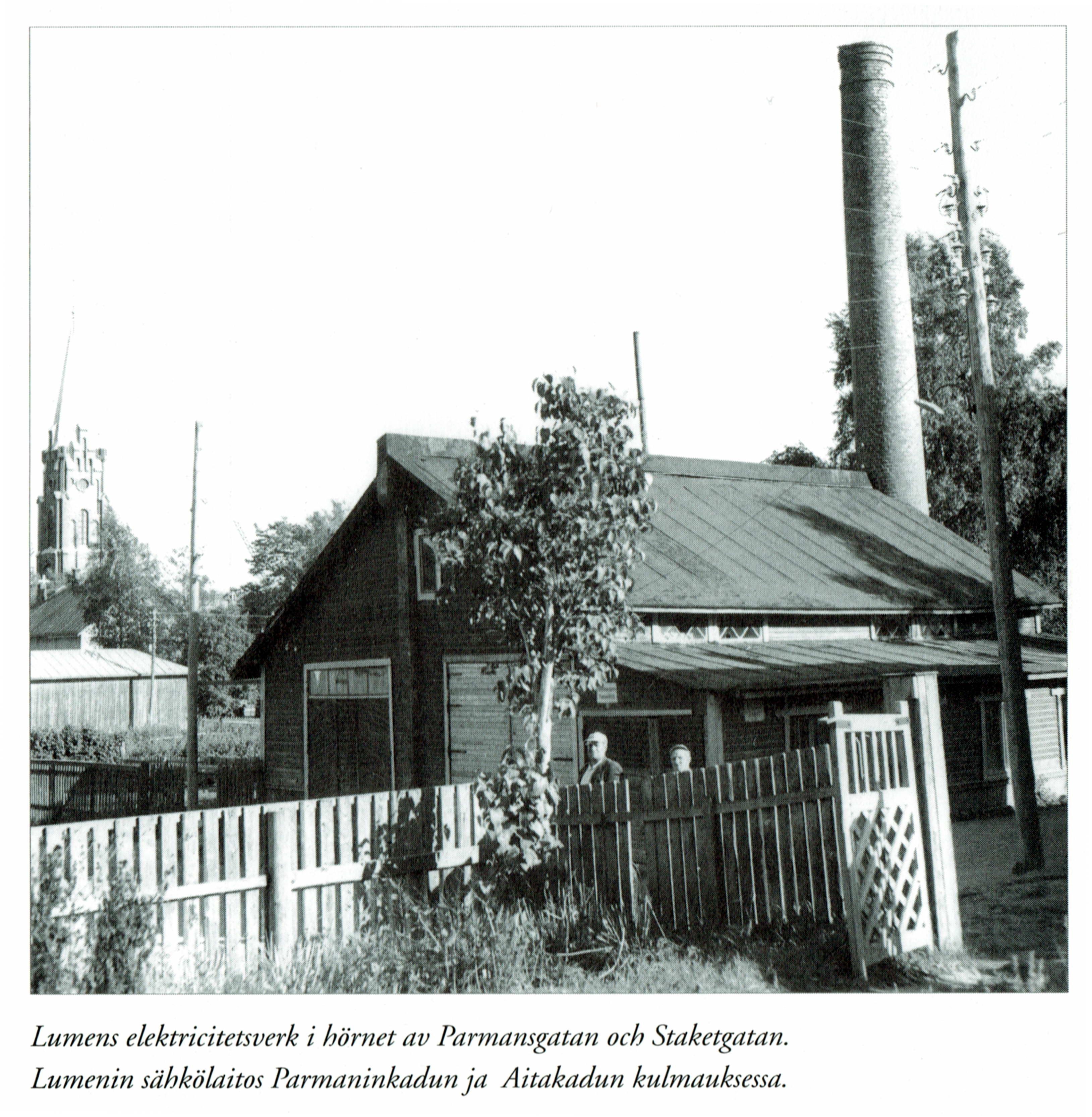 Så här såg Lumens elektricitetsverk ut på 1960-talet, där det stod i hörnet av Parmansgatan och Staketgatan. Kristinestads nya kyrka syns i bakgrunden. Fotot ur Kristinestad Sparbanks jubileumsbok.
