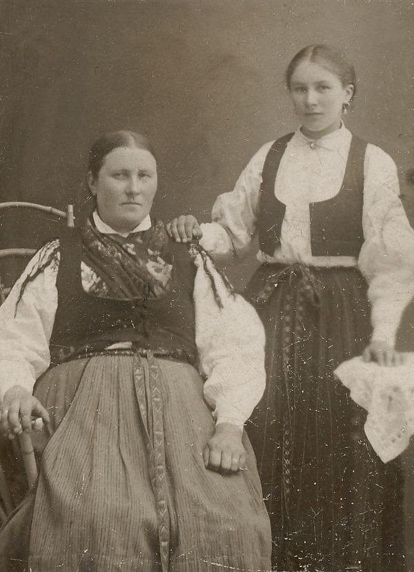 På fotot från 1913 Matilda Storfors 1870-1916 och hennes dotter Alexandra Forsgård 1894-1960.