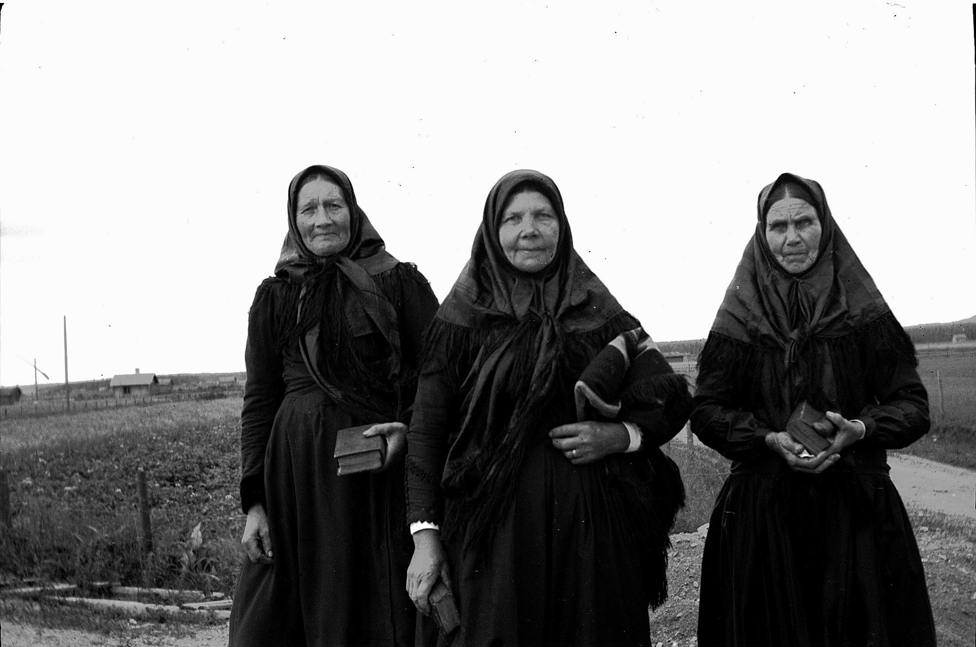 """På läraren Selim Björses foto ser vi tre gummor på väg till nattvarden i kyrkan i Lappfjärd. Till vänster """"Gåbbinas"""" Mina Lillkull, i mitten """"Beckaas"""" Maria Lång och till höger Maria Lindberg från Haga-tå på A-sidon."""