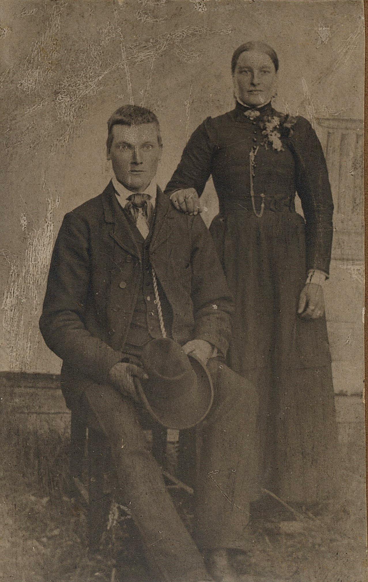 """På bilden Artur Mitts pappa Karl Henrik Mitts och hans första hustru Amanda f. Äbb. Efter Amandas död emigrerade Karl Henrik till Amerika och var där i många år men återvände sedan i slutet på 1920-talet och flyttade till Kias-kroken i Dagsmark. Han kallades vanligtvis för """"Viiras-Kaalhindrik""""."""