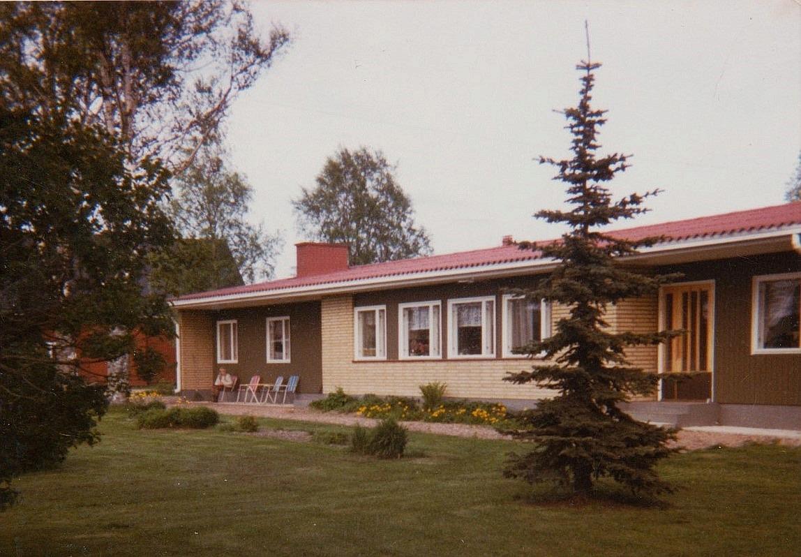 Här gården fotograferad från väster, såsom den ser ut från Åbackvägen