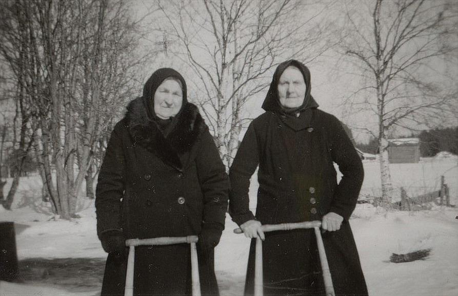 Nylundas Ida ute med sparkaren tillsammans med Fia Ekberg.