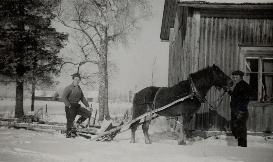 Till vänster Ruben Ånäs och till höger Arvid Lillkull som håller i Pontus. Bakom Pontus syns transformatorn vid Nylundas forsen.