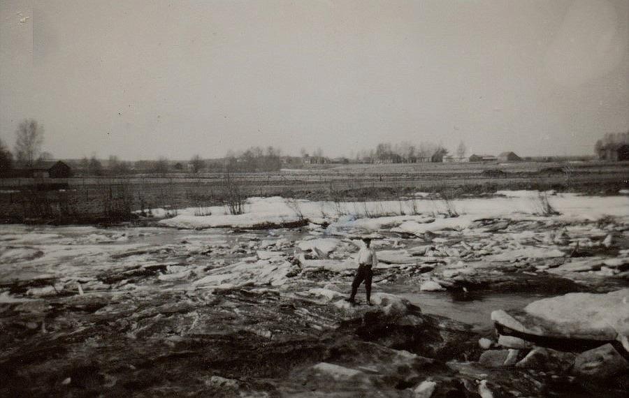 Islossningen i Gamla forsen kunde ibland innebära översvämningar i Storåkrin på andra sidan ån. Isen stockades vanligen upp av Kias-holmen som ligger till vänster utanför bilden.