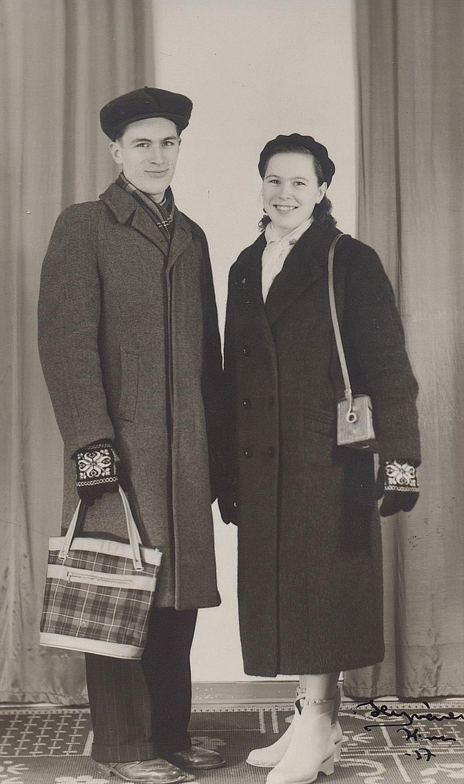 På Hyvönens foto från 1957 så står Ruben och Ellen Ånäs. Ellen har den nyinköpta kameran under armen.