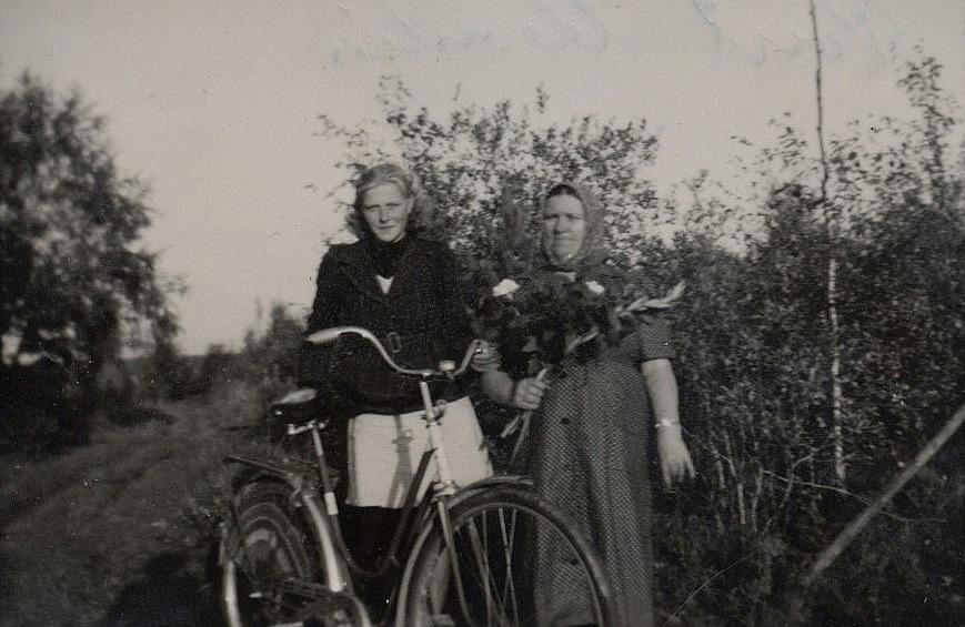 Här har Ruth Mitts från Åbackan varit och uppvaktat Ulla-Miili med blommor.