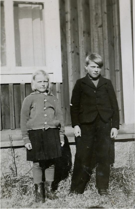 På bilden de unga faderlösa barnen Ruth och Alf Mitts.