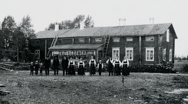 Huvudbyggnaden i Storfors år 1910. Tredje från höger står ägaren Karl Storfors med sin hustru Vilhelmina.