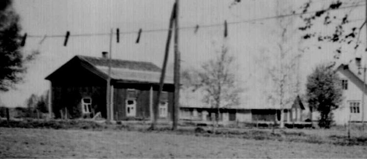 """På denna lite otydliga bild så ser vi bra var """"Gåbbinas-Fleckoras"""" gård stod, eftersom Skogmans gård syns till höger."""