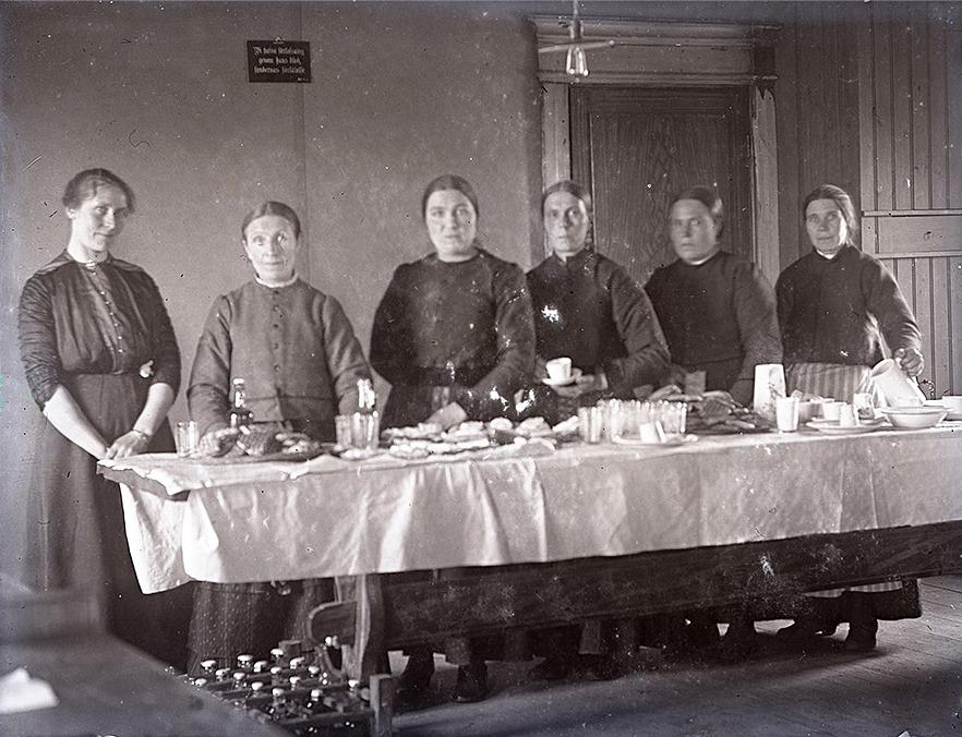 Serveringen var viktig och här vi damerna som säljer dricka, smörgåsar och bulla.
