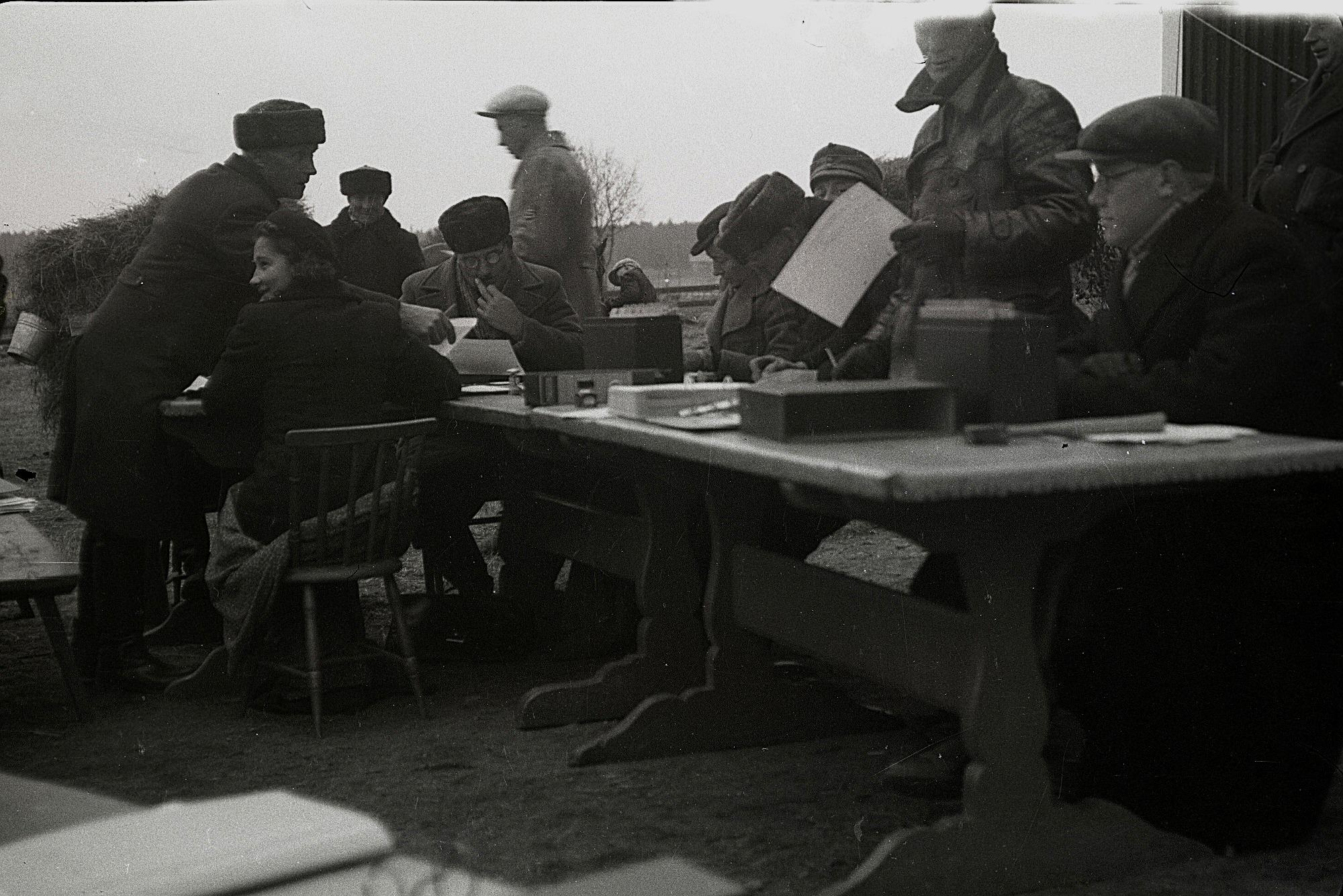 Här sker själva utskrivningen och granskningen att allt är med. Vid bordsändan sitter Emil Ekman och till vänster står Erland Klockars. Foto Selim Björses år 1939.