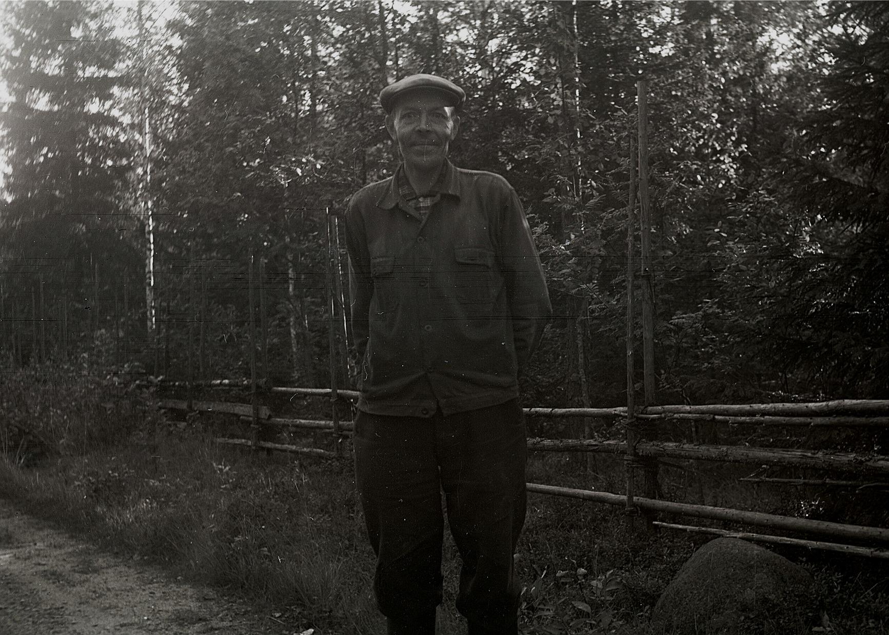 """På fotot """"Nymanas-Selim"""" som på riktigt hette Selim Rönnlund och var son till Johannes. Här visar han åt läraren Selim Björses från Lappfjärd hur en riktig """"jäisgål"""" ska se ut."""