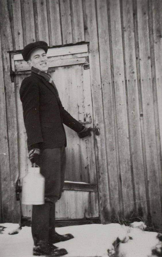 Här är Ruben Ånäs på väg i den gamla gården i ändan av Ullatå, nedanför Bergåsen.