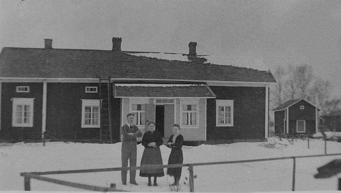 På bilden fr.v. Anselm Lillkull med sin mor Rebeck-Adelina och syster Aina, gift Löfgren. Huset fotograferat från söder i februari 1932.