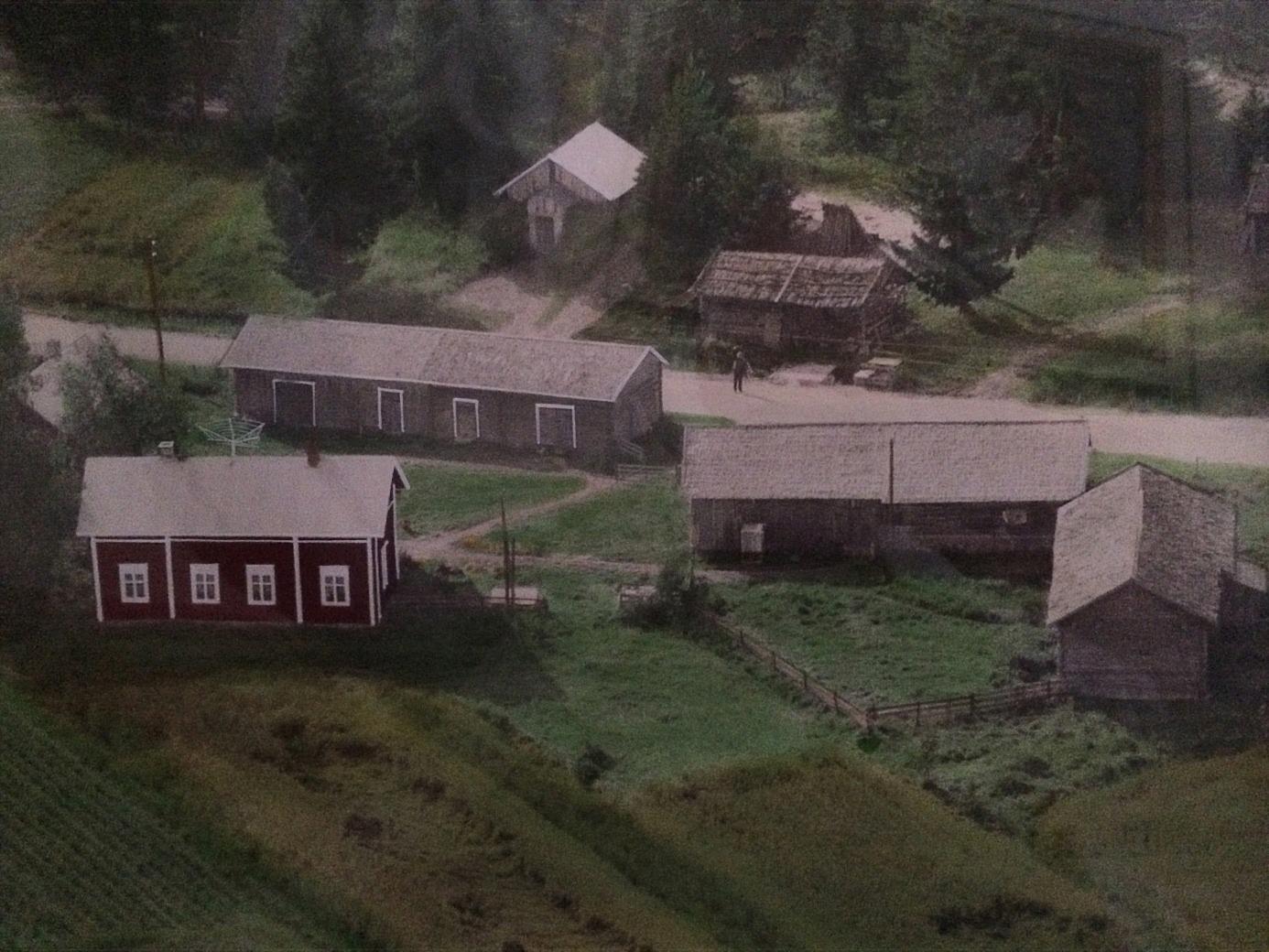 Flygfoto av Bergs gårdsgrupp på Norrviksvägen i Korsbäck.